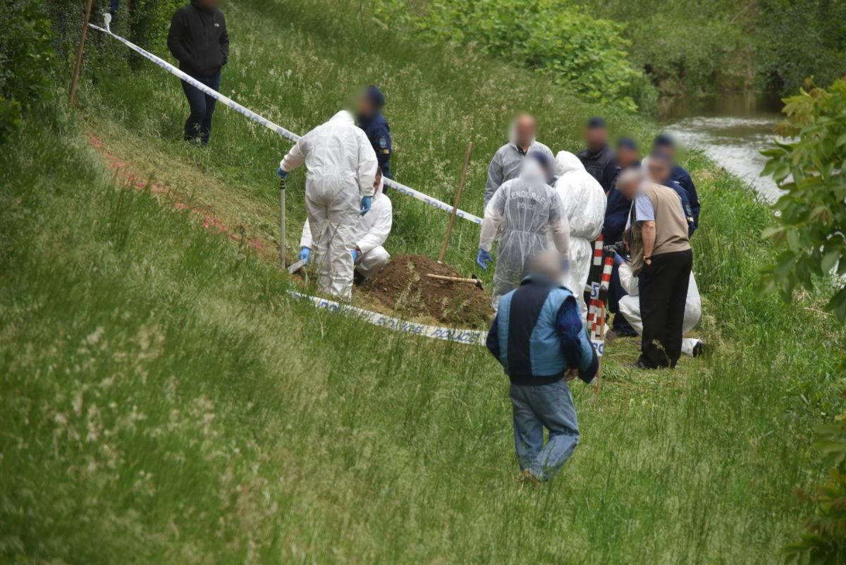 Rendőrök vizsgálódnak Szombathelyen, a Perint patak partján.