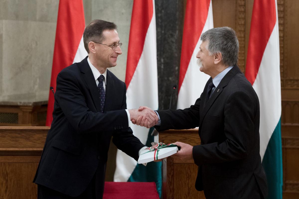 Varga Mihály pénzügyminiszter (b) átnyújtja a 2021. évi költségvetési törvényjavaslatot Kövér Lászlónak, az Országgyűlés elnökének az Országházban 2020. május 26-án.