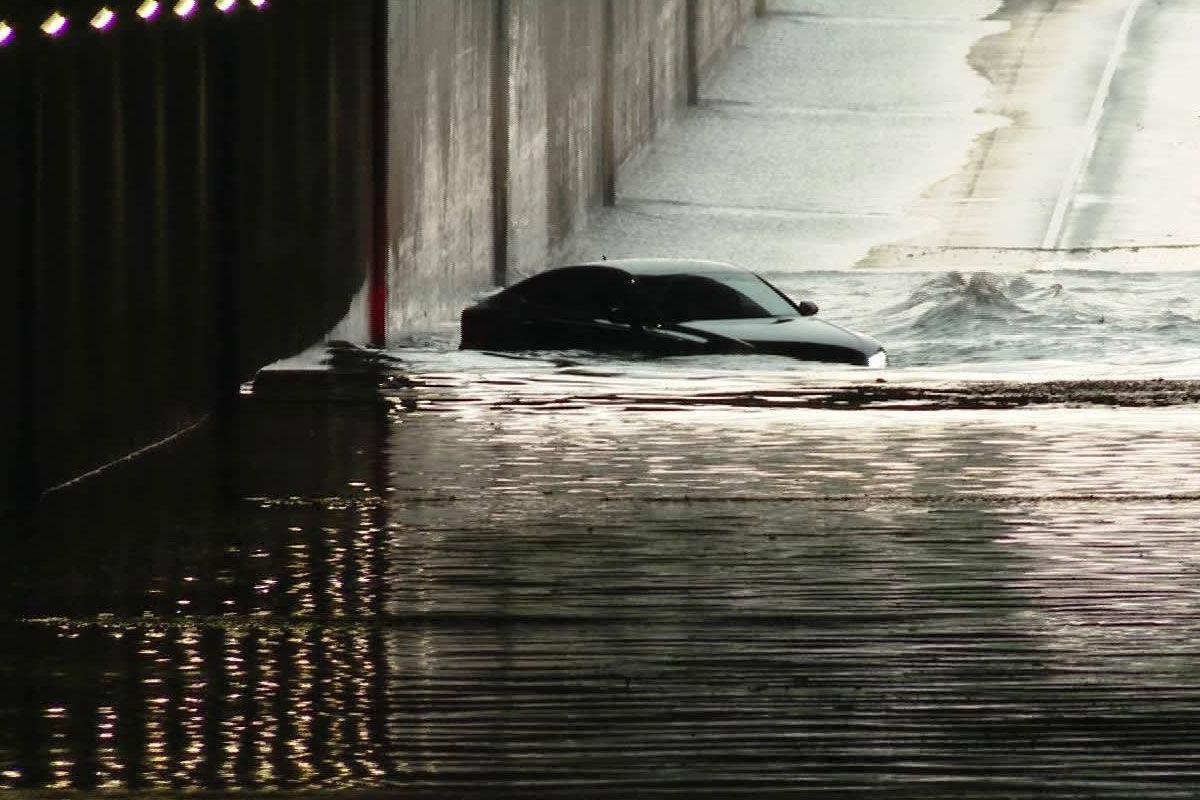 Elmerült egy Audi egy vízzel elárasztott aluljáróban Kecskeméten