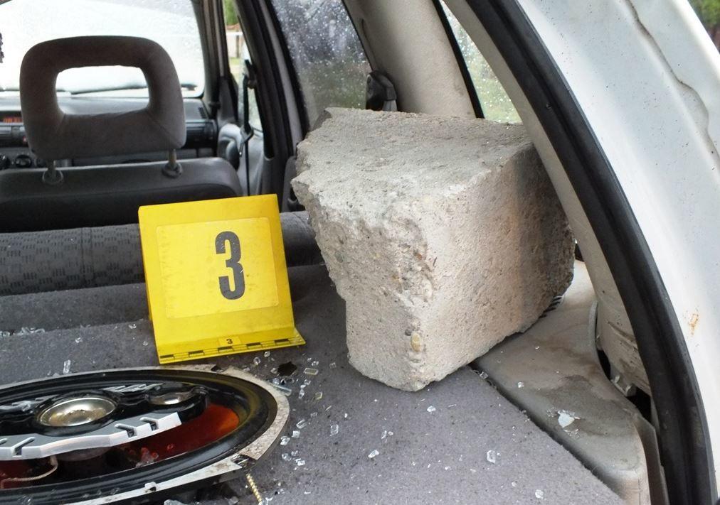Az autóba hajított betondarab a rendőrség fotóján.