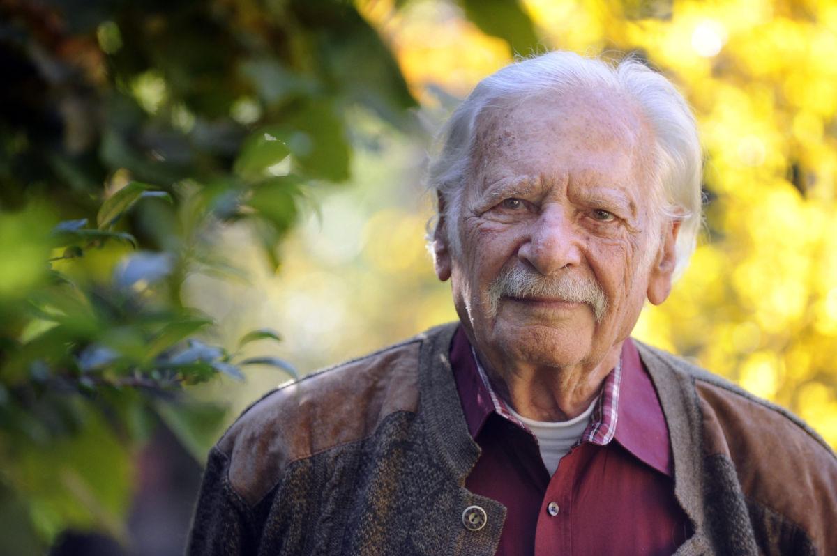 Életének 101. évében, 2020. június 21-én este meghalt Bálint György, népszerű nevén Bálint gazda Prima Primissima-díjas kertészmérnök, újságíró, a mezőgazdasági tudományok kandidátusa, volt országgyűlési képviselő. A felvétel 2017. október 16-án készült a magyar népművészet és közművelődés kategóriában Prima Primissima-díjra jelölt Bálint Györgyről budapesti otthonában.