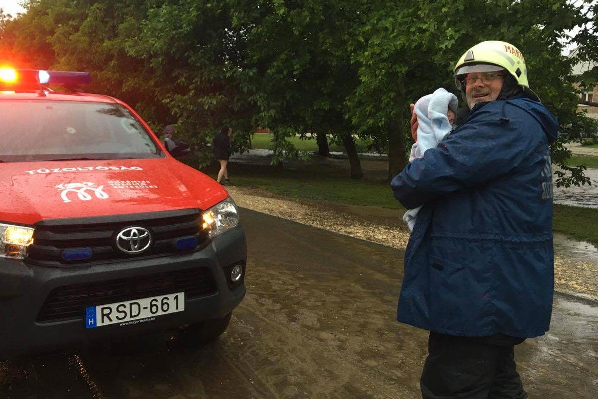 Csecsemőt mentettek ki a tűzoltók egy elárasztott házból Gyúrón