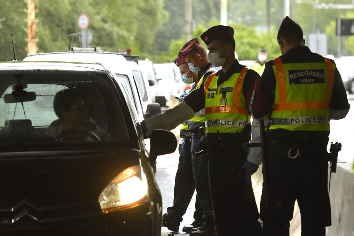 Rendőrök ellenőrzik a személyforgalmat a vámosszabadi határátkelőhelyen, a magyar-szlovák határon 2020. június 5-én.