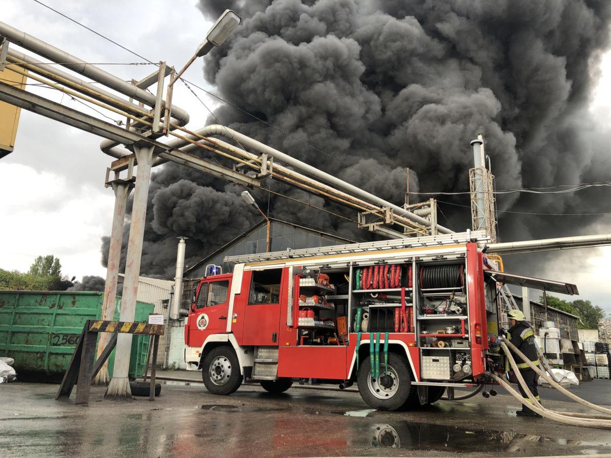 Füst gomolyog Kőbányán, a Sírkert úton, egy ipari területen, ahol hűtőgépek és műszaki cikkek kaptak lángra 2020. június 5-én.