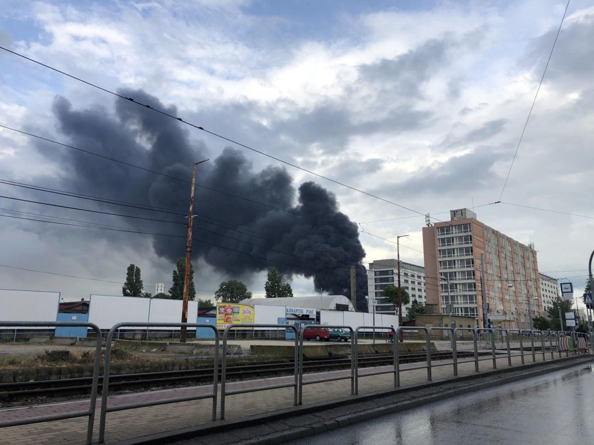 Füst gomolyog Kőbányán, a Sírkert úton, egy ipari területen, ahol bontásra váró hűtőszekrények és egyéb fémhulladékok kaptak lángra 2020. június 5-én.