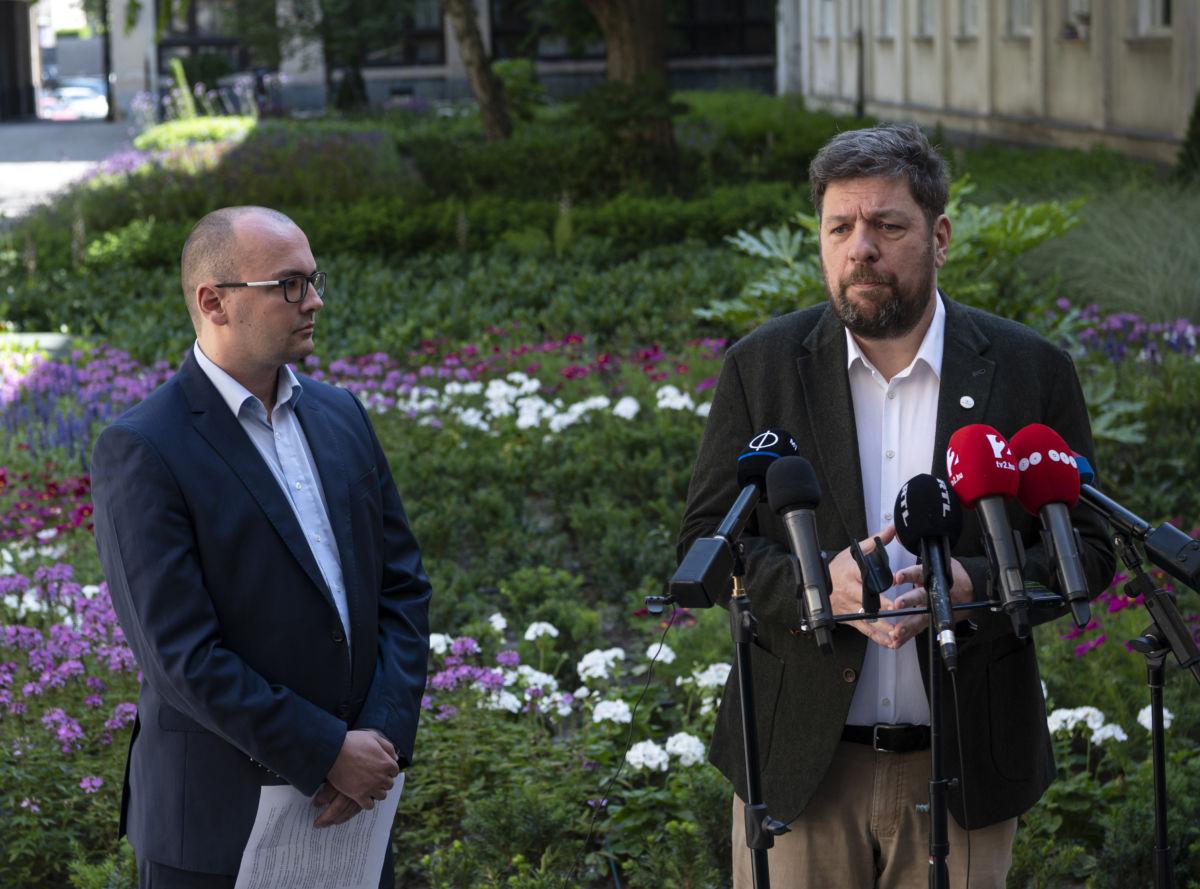 Kerpel-Fronius Gábor főpolgármester-helyettes (j) és Havasi Gábor, a Momentum Mozgalom politikusa nyilatkozik a sajtónak a Fővárosi Közgyűlés ülése előtt 2020. június 24-én.
