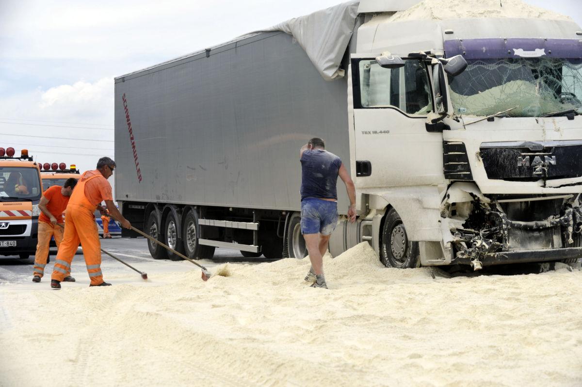 Lisztet szállító kamion úttestre borult rakományát takarítják fel az M0-ás autóúton Diósd közelében 2020. június 25.