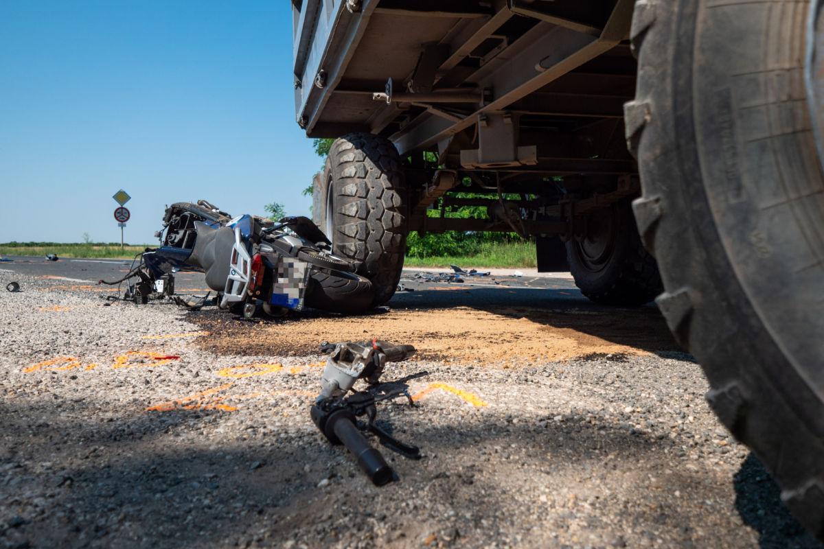 Ütközésben összetört motorkerékpár Dunaföldvár közelében 2020. június 28-án.