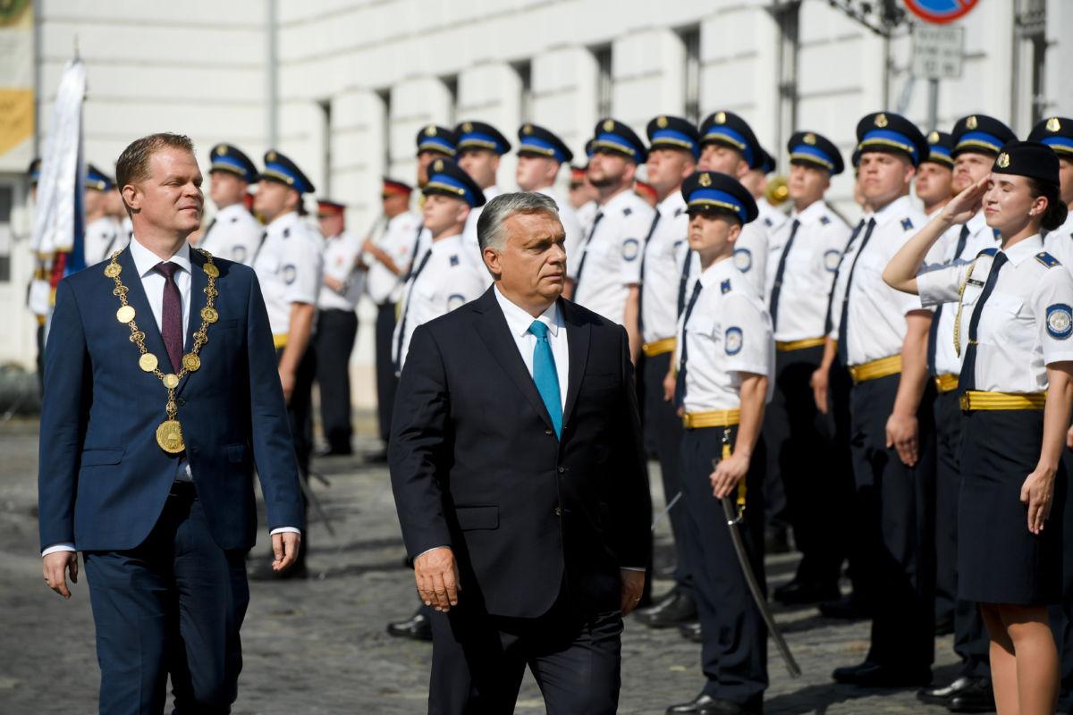 Orbán Viktor miniszterelnök (k) érkezik a Nemzeti Közszolgálati Egyetem (NKE) Rendészettudományi Karának és Katasztrófavédelmi Intézetének tisztavatási ünnepségére a budavári Kapisztrán téren 2020. június 27-én. Mellett Koltay András, a Nemzeti Közszolgálati Egyetem (NKE) rektora.