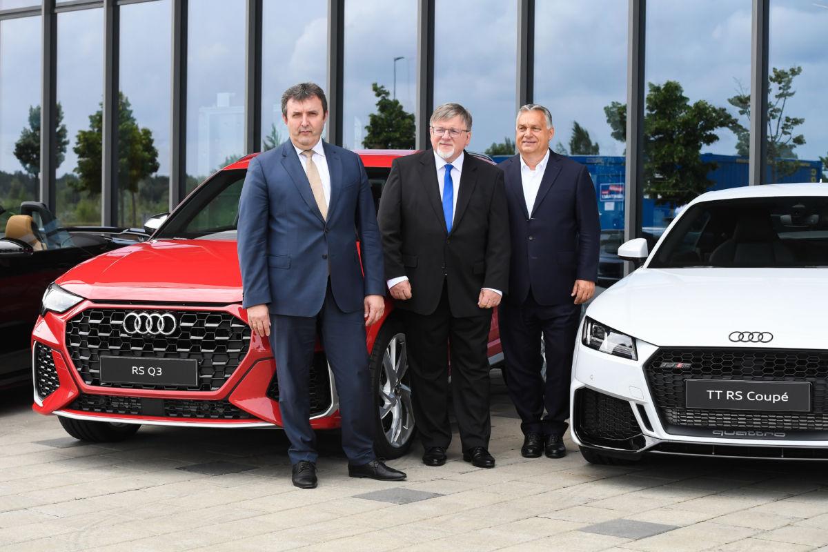 Orbán Viktor miniszterelnök (j), Palkovics László innovációs és technológiai miniszter (b) és Dézsi Csaba András (Fidesz-KDNP), Győr polgármestere a győri Audi-gyárban 2020. június 15-én.