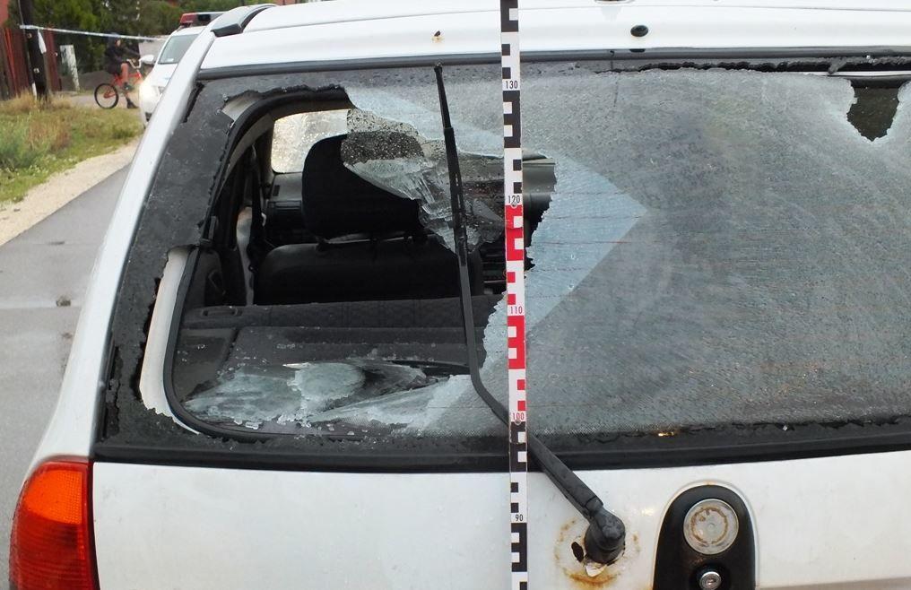 A betört autóüveg a rendőrség fotóján.