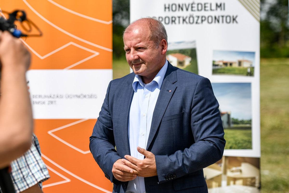 Simicskó István a bajai Honvédelmi Sportközpont alapkőletételén 2020. június 25-én.