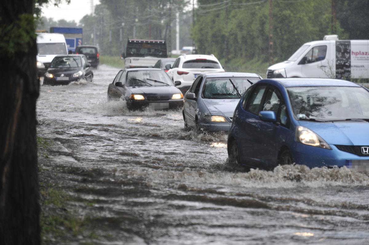 Gépjárművek közlekednek a vihar után összegyűlt esővízben a főváros X. kerületében, a Maglódi út és a Gitár utca kereszteződésénél 2020. június 18-án.