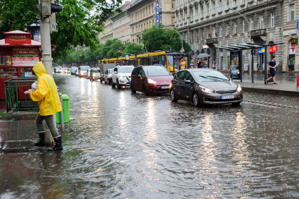 A vihar után összegyűlt esővízben haladnak járművek a budapesti Teréz körúton, az Oktogonnál 2020. június 14-én.