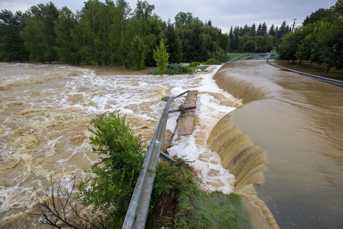 A nagy esőzés miatt vízzel elárasztott és megrongálódott út Zalaszentjakabon 2020. július 25-én.