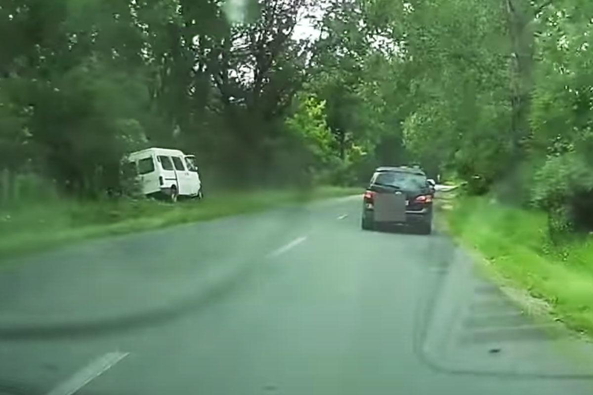 Árokba csapódott egy kisbusz Káptalantótinál, megállás nélkül hajtottak el mellette az autósok