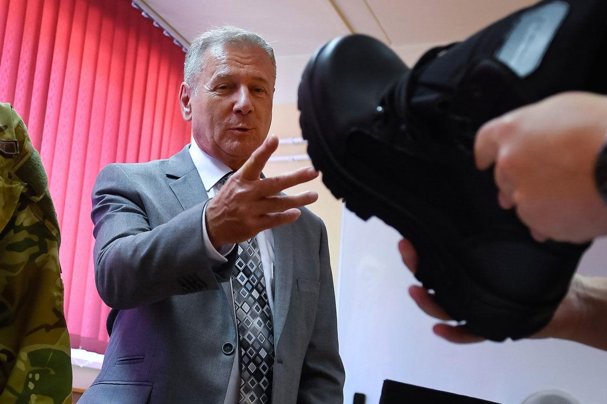 Benkő Tibor honvédelmi miniszter (k) megtekinti a katonai öltözék osztását a speciális önkéntes tartalékos szolgálatra jelentkezettek kiképzésének megkezdése napján Budapesten, a Magyar Honvédség 1. Honvéd Tűzszerész és Hadihajós Ezrednél 2020. július 1-jén.