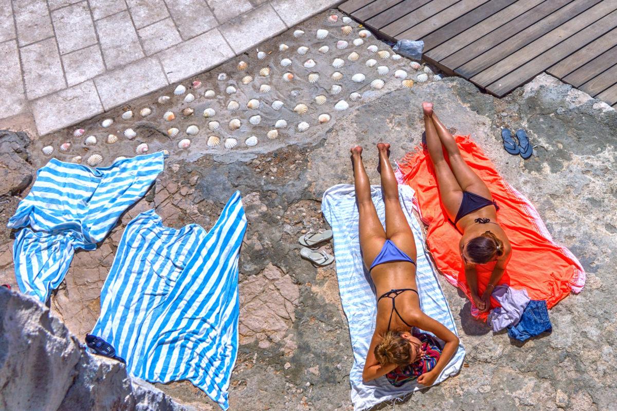Nyaralók Horvátországban, Hvar szigetén.