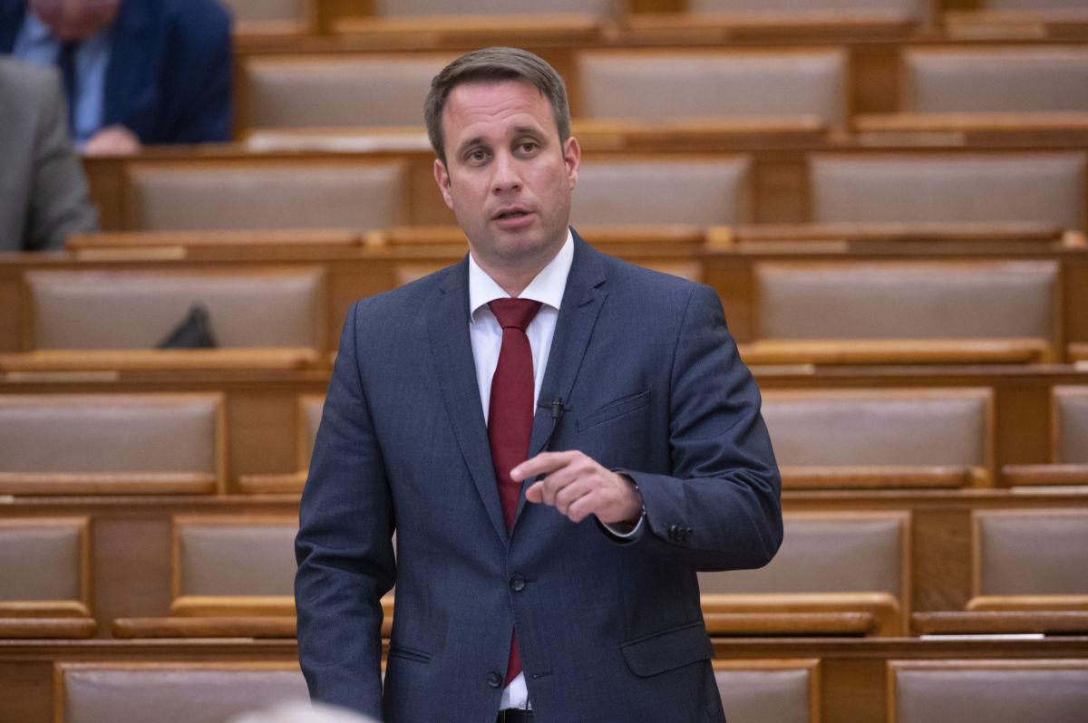 Dömötör Csaba, a Miniszterelnöki Kabinetiroda parlamenti államtitkára napirend előtti kérdésre válaszol az Országgyűlés plenáris ülésén 2020. július 1-jén.