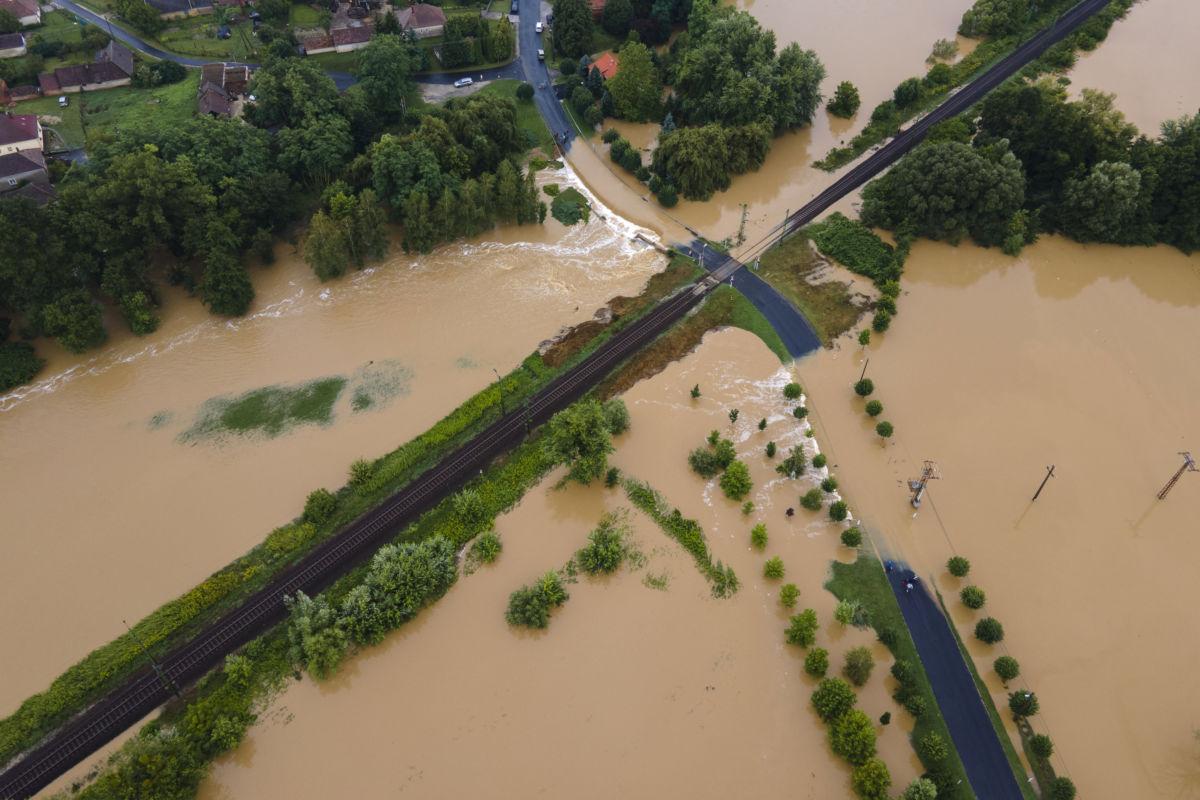 A nagy esőzés miatt vízzel elárasztott és megrongálódott út Zalaszentjakabon 2020. július 25-én. Középen a Budapest-Nagykanizsa vasútvonal része látható.