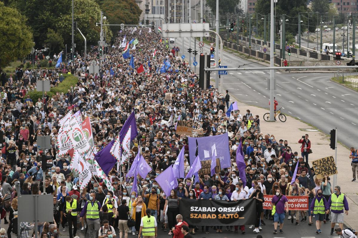 Résztvevők az Index-ügy miatt szervezett tüntetésen a Margit hídnál 2020. július 24-én.
