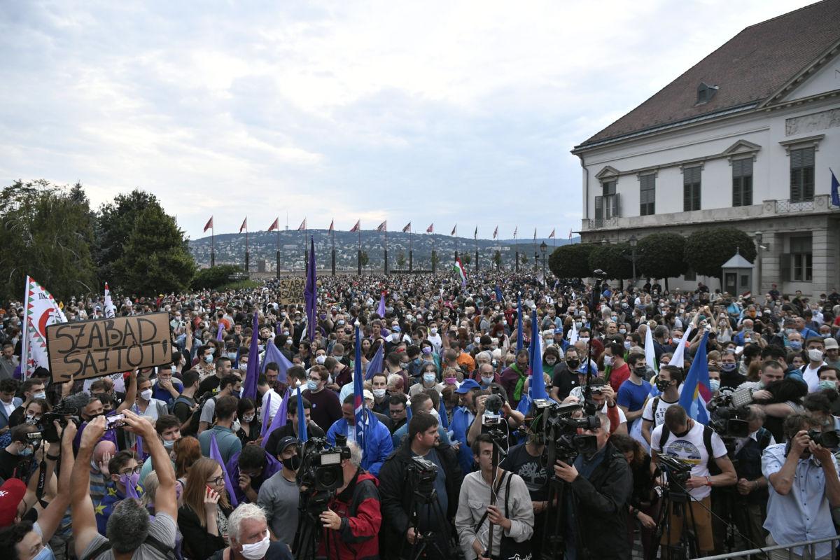 Résztvevők az Index-ügy miatt szervezett tüntetésen a budai Várban 2020. július 24-én.