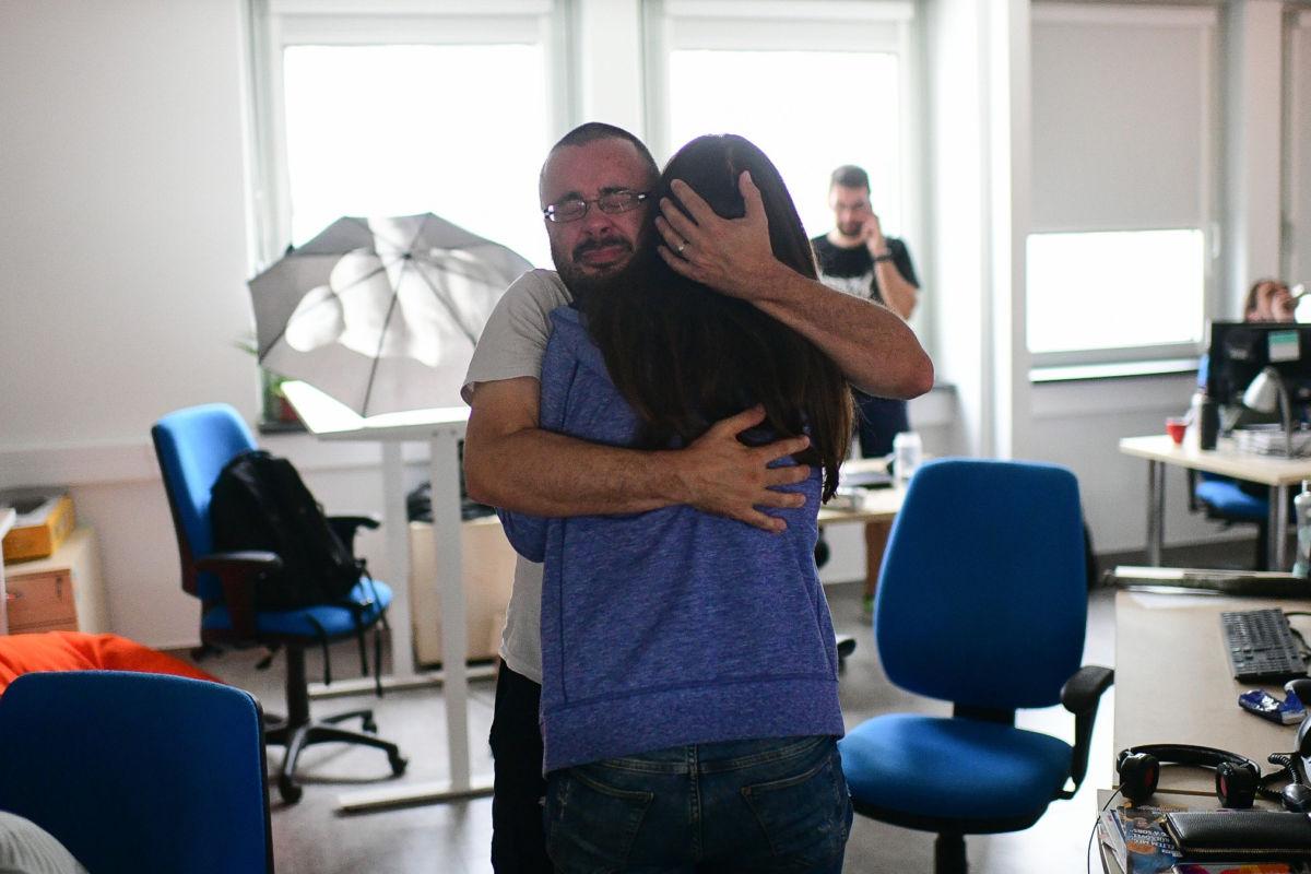 Drámai fotókon az Index utolsó napja: könnyek között búcsúztak egymástól az újságírók