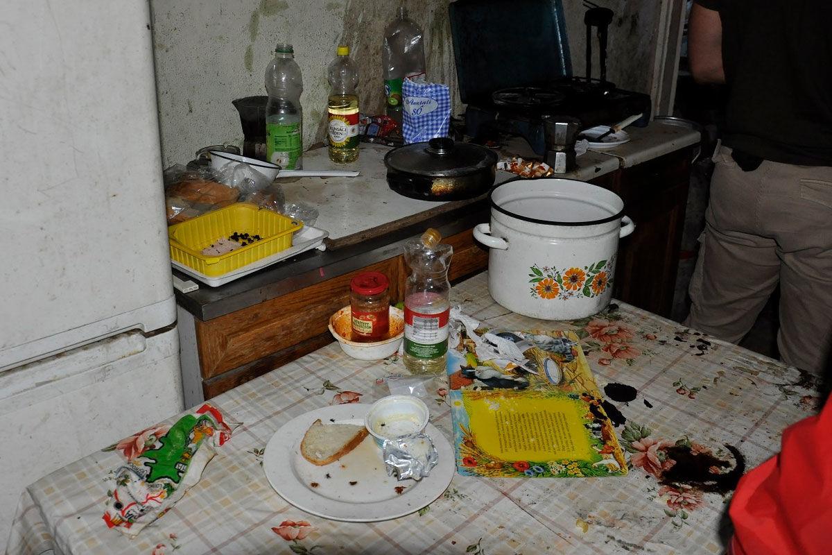 A család mocskos konyhája a rendőrség fotóján.