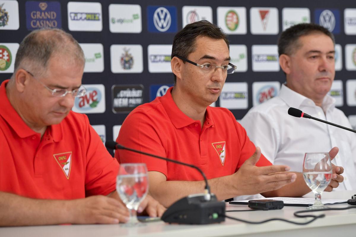 Kósa Lajos, a térség fideszes országgyűlési képviselője, Papp László (Fidesz-KDNP) polgármester és Szima Gábor, a DVSC Futballszervező Zrt. leköszönő elnöke (b-j) a DVSC labdarúgócsapatával kapcsolatban tartott sajtótájékoztatón a debreceni Nagyerdei Stadionban 2020. július 1-jén.