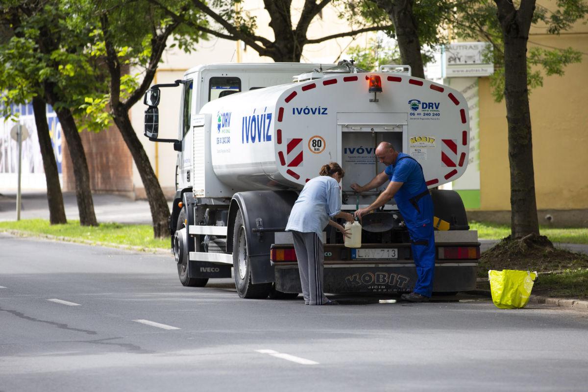 Vizet osztanak a Dunántúli Regionális Vízmű tartálykocsijából Nagyatádon 2020. július 26-án.