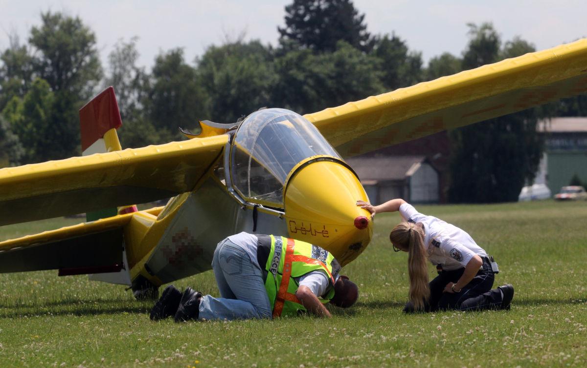 Rendőrök dolgoznak egy Góbé típusú vitorlázó repülőgép mellett a miskolci repülőtéren 2020. július 5-én, miután a repülő felszállás közben a földre zuhant.