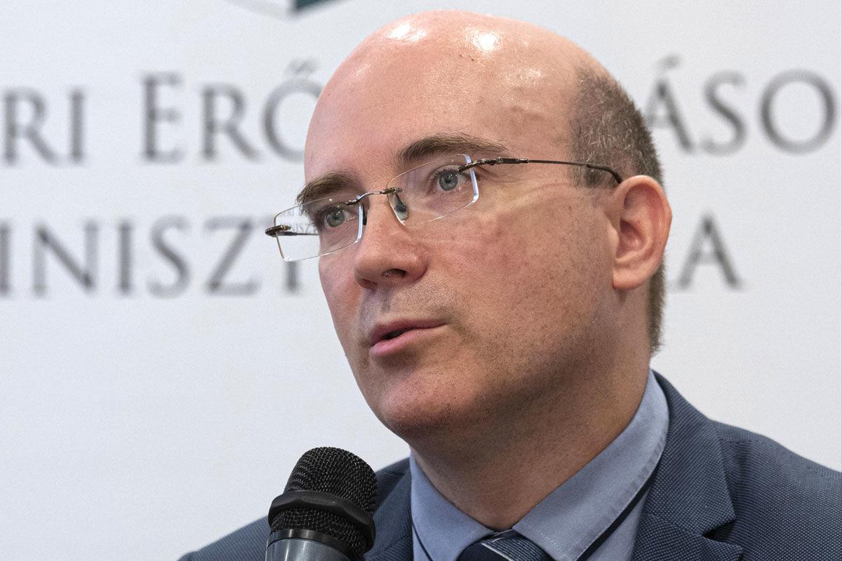 Maruzsa Zoltán, az Emberi Erőforrások Minisztériumának köznevelésért felelős államtitkára a módosított Nemzeti alaptantervnek (Nat) megfelelő új tankönyvekről tartott sajtótájékoztatón az Emmi Szalay utcai épületében 2020. június 17-én.