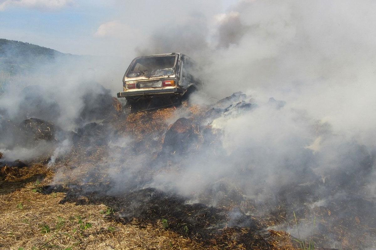 Autó égett egy szénakazal tetején Siklóson