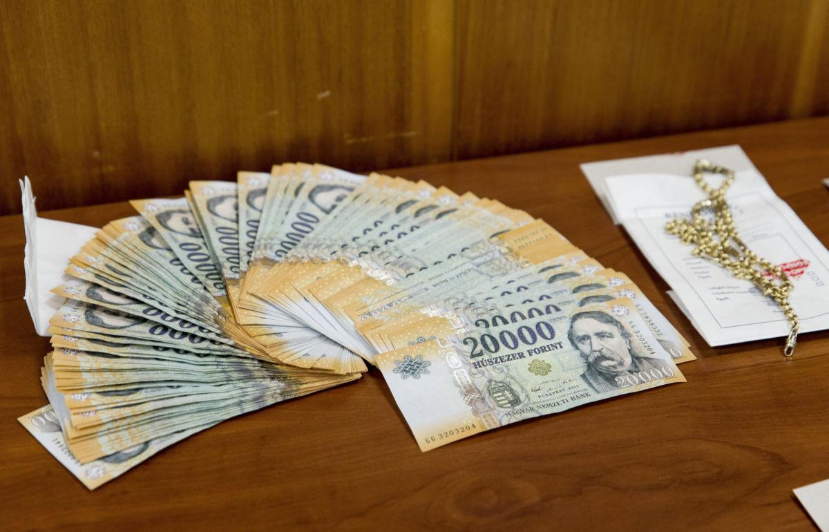 Lefoglalt készpénz és ékszer a Győr-Moson-Sopron Megyei Rendőr-főkapitányságon tartott sajtótájékoztatón 2020. július 3-án.
