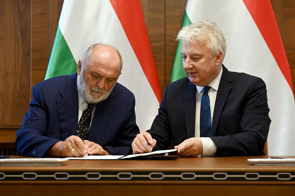 Semjén Zsolt miniszterelnök-helyettes (j) és Németh Sándor, a Hit Gyülekezete vezető lelkésze aláírja a kormány és az egyház között létrejött új, átfogó szerződést a Karmelita kolostorban 2020. július 24-én.