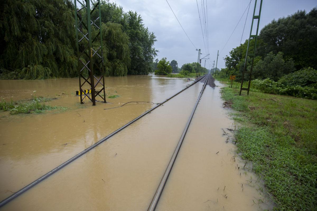 A nagy esőzés miatt vízben álló vasúti sínek a Budapest-Nagykanizsa vonalon Zalaszentjakabnál 2020. július 25-én.