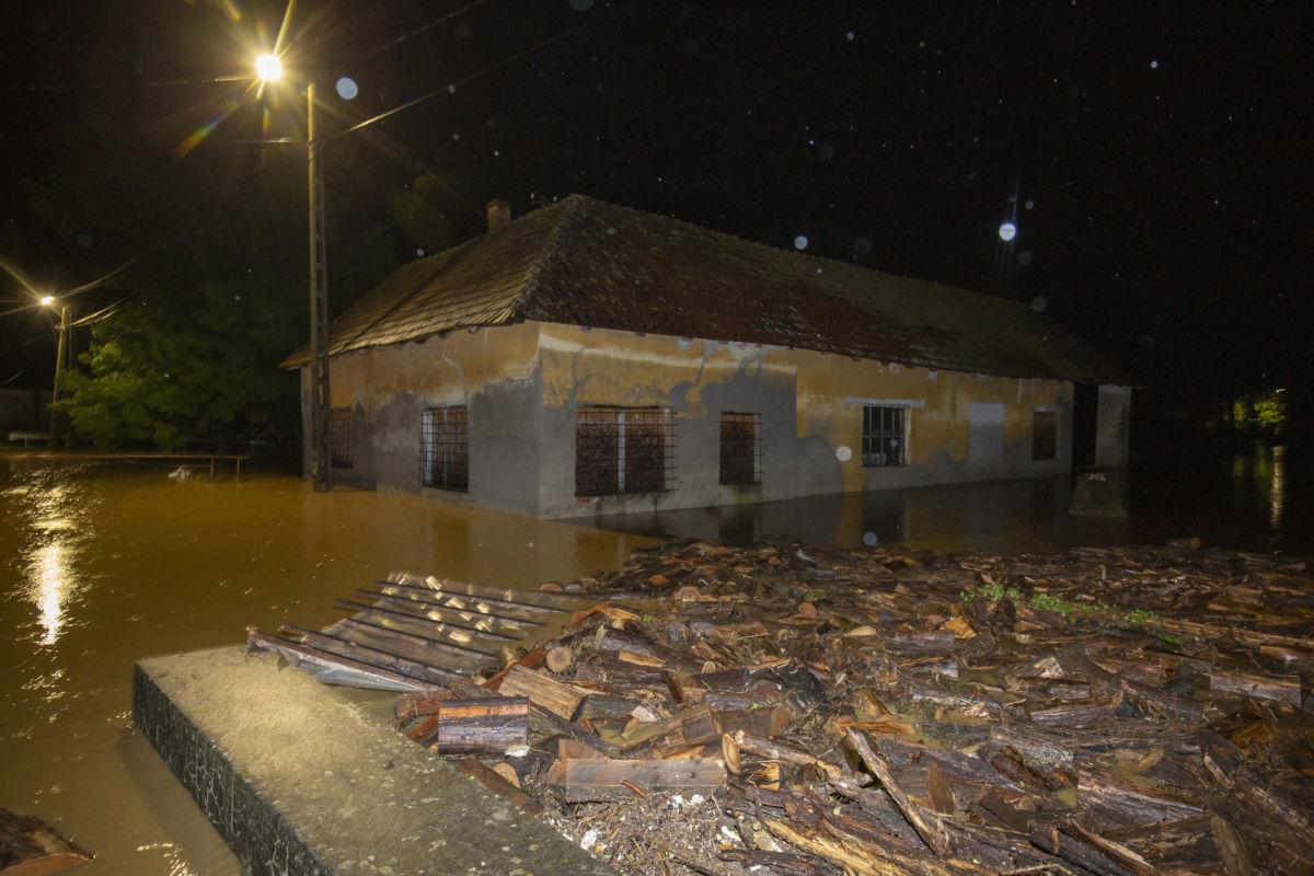 A nagy esőzés miatt vízzel körülvett ház a Zala megyei Surdon 2020. július 24-én éjjel.