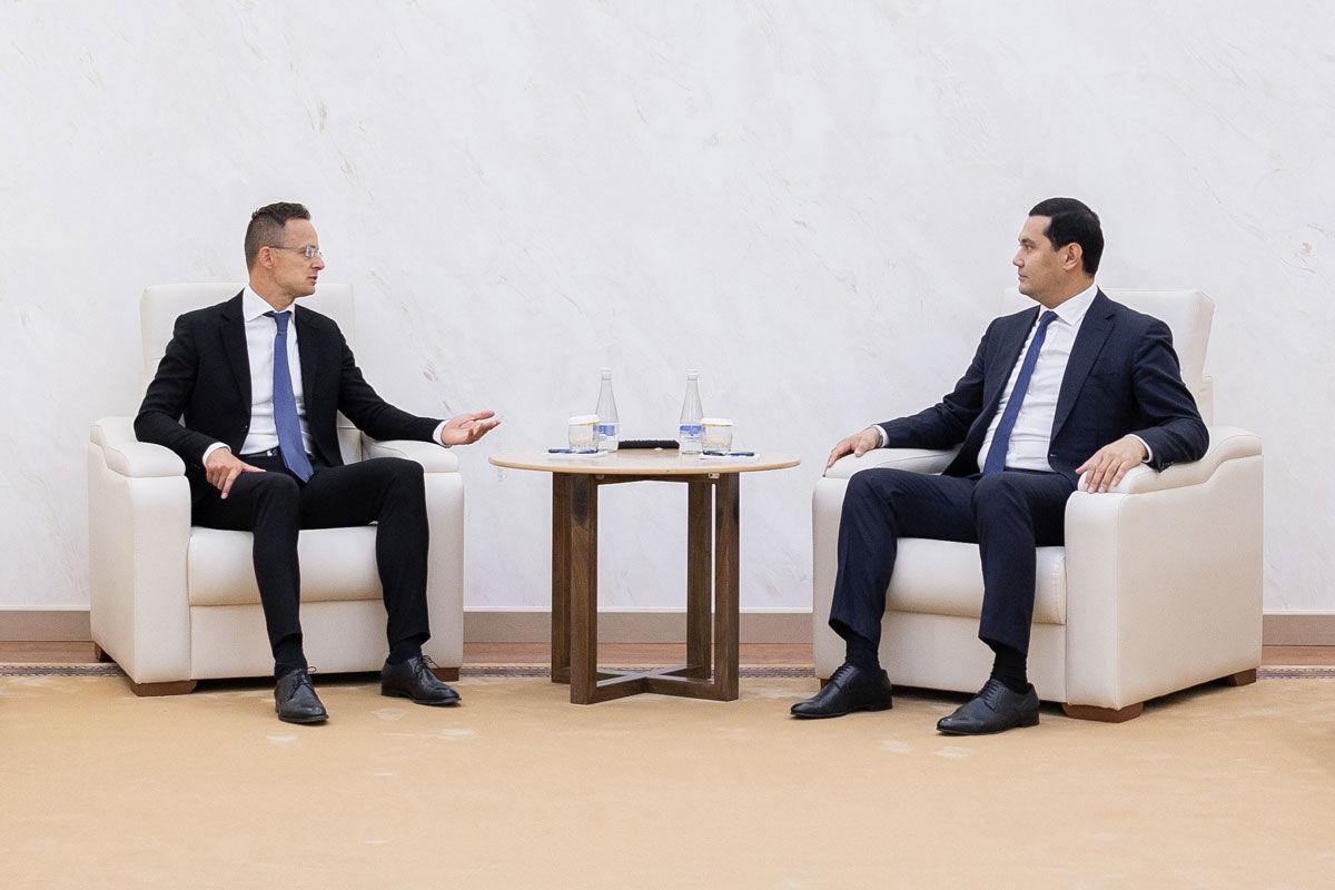 Szijjártó Péter külgazdasági és külügyminiszter (b) találkozója Sardor Umurzakov üzbég befektetésekért és külgazdasági kapcsolatokért felelős miniszterelnök-helyettessel a Befektetési és Külkereskedelmi Minisztériumban, Taskentben 2020. július 16-án.
