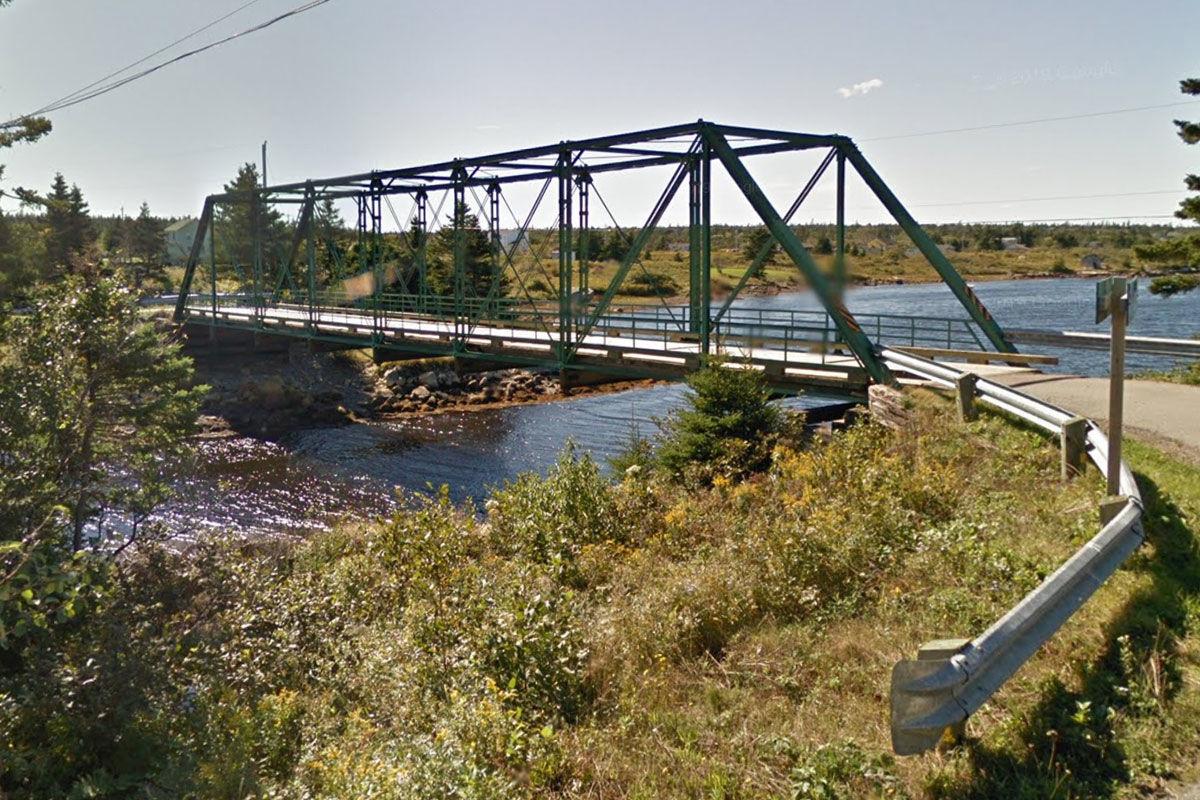Összeszakadt egy híd Kanadában egy túlsúlyos kamion alatt
