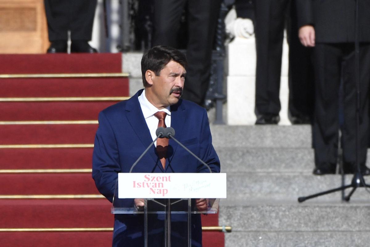 Áder János köztársasági elnök beszédet mond az államalapító Szent István király ünnepe alkalmából tartott díszünnepségen és tisztavatáson az Országház előtt, a Kossuth Lajos téren 2020. augusztus 20-án.