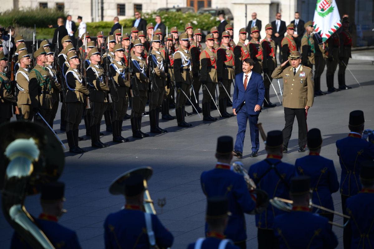 Áder János köztársasági elnök érkezik katonai tiszteletadás mellett az államalapító Szent István király ünnepe alkalmából tartott díszünnepségre és tisztavatásra az Országház előtt, a Kossuth Lajos téren 2020. augusztus 20-án.