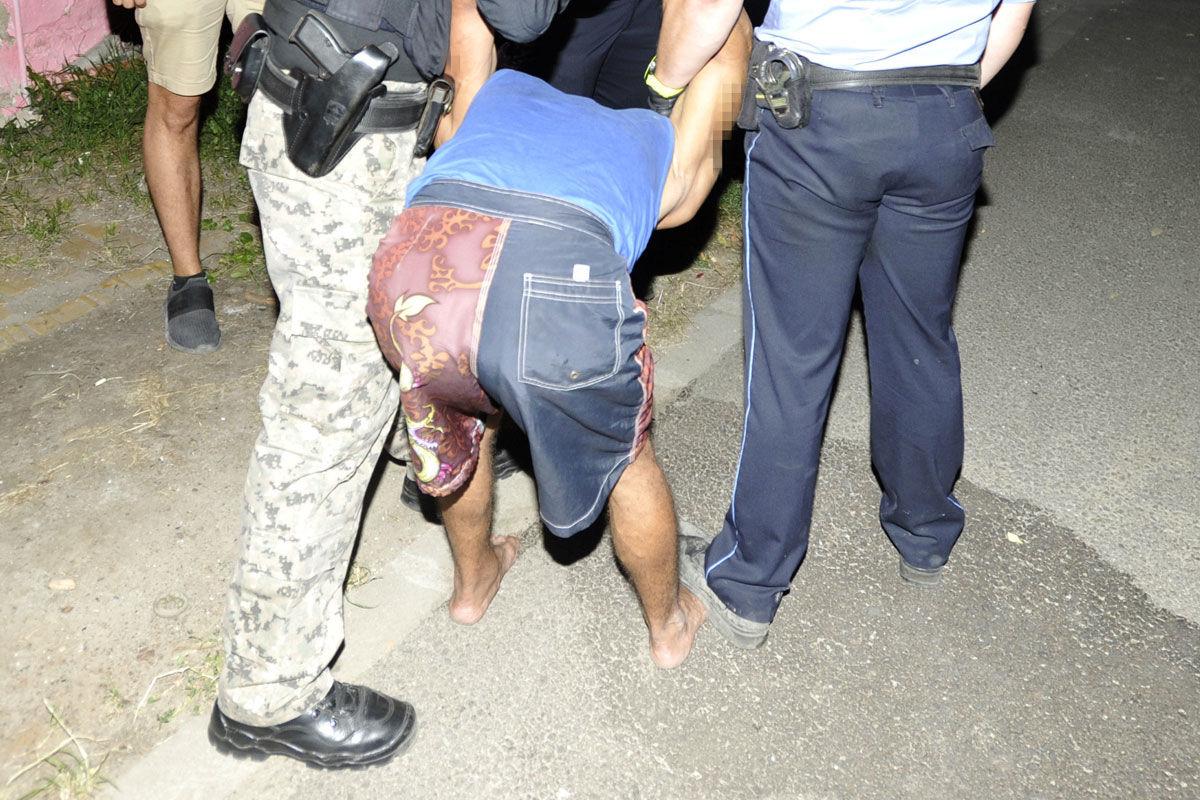 Rendőrök fogják el az augusztus 24-ei aszódi emberölés két feltételezett elkövetőjének egyikét 2020. augusztus 26-án este.