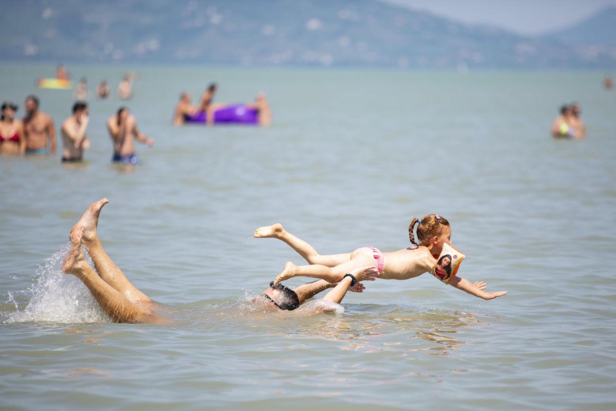 Apa kislányával játszik a Balatonban Balatonfenyvesnél 2020. augusztus 8-án.