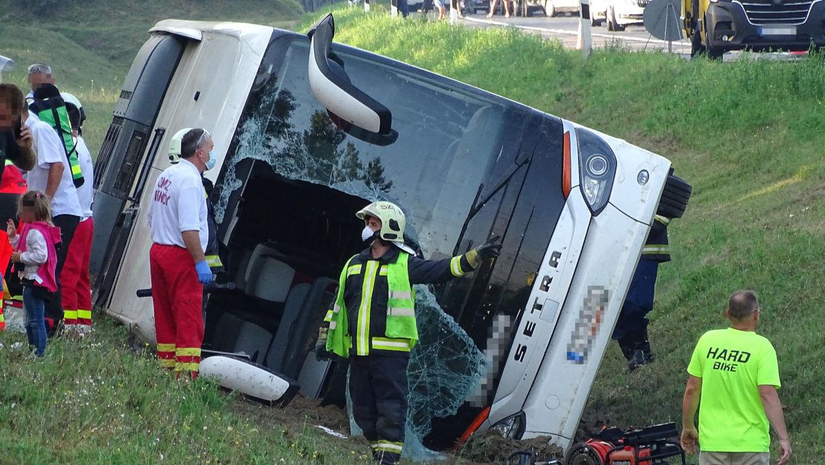 Mentő és tűzoltók árokba borult külföldi utasszállító autóbusznál, miután a gépjármű tisztázatlan körülmények között letért az útról az M5-ös autópálya Budapest felé vezető oldalán a 115-ös kilométerszelvényben, Kiskunfélegyháza térségében 2020. augusztus 9-én.