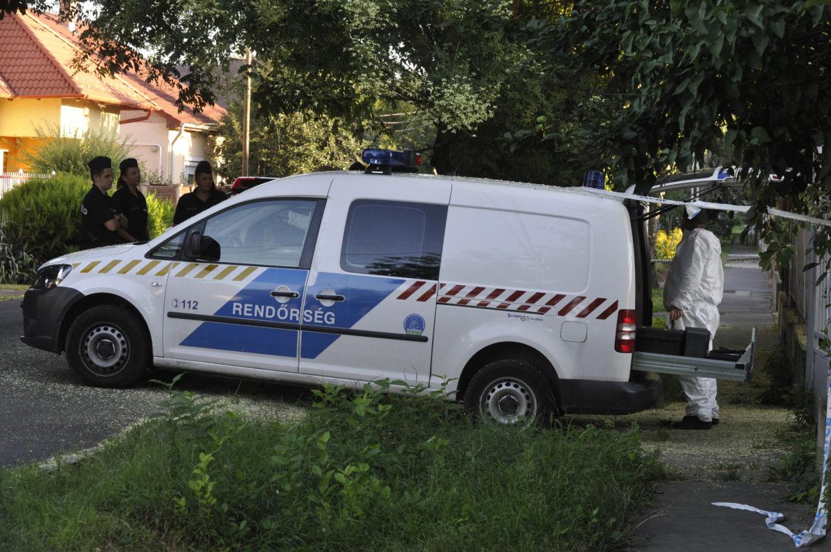Rendőrök és bűnügyi helyszínelő a XXI. kerületi Szatmári utca egyik házánál 2020. augusztus 2-án.