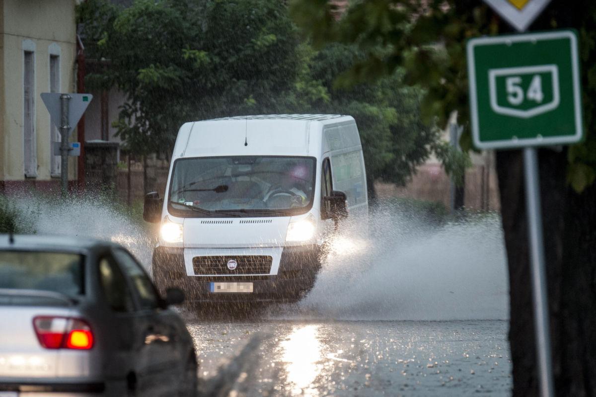 Gépjármű közlekedik heves záporban Soltvadkerten 2020. augusztus 4-én.