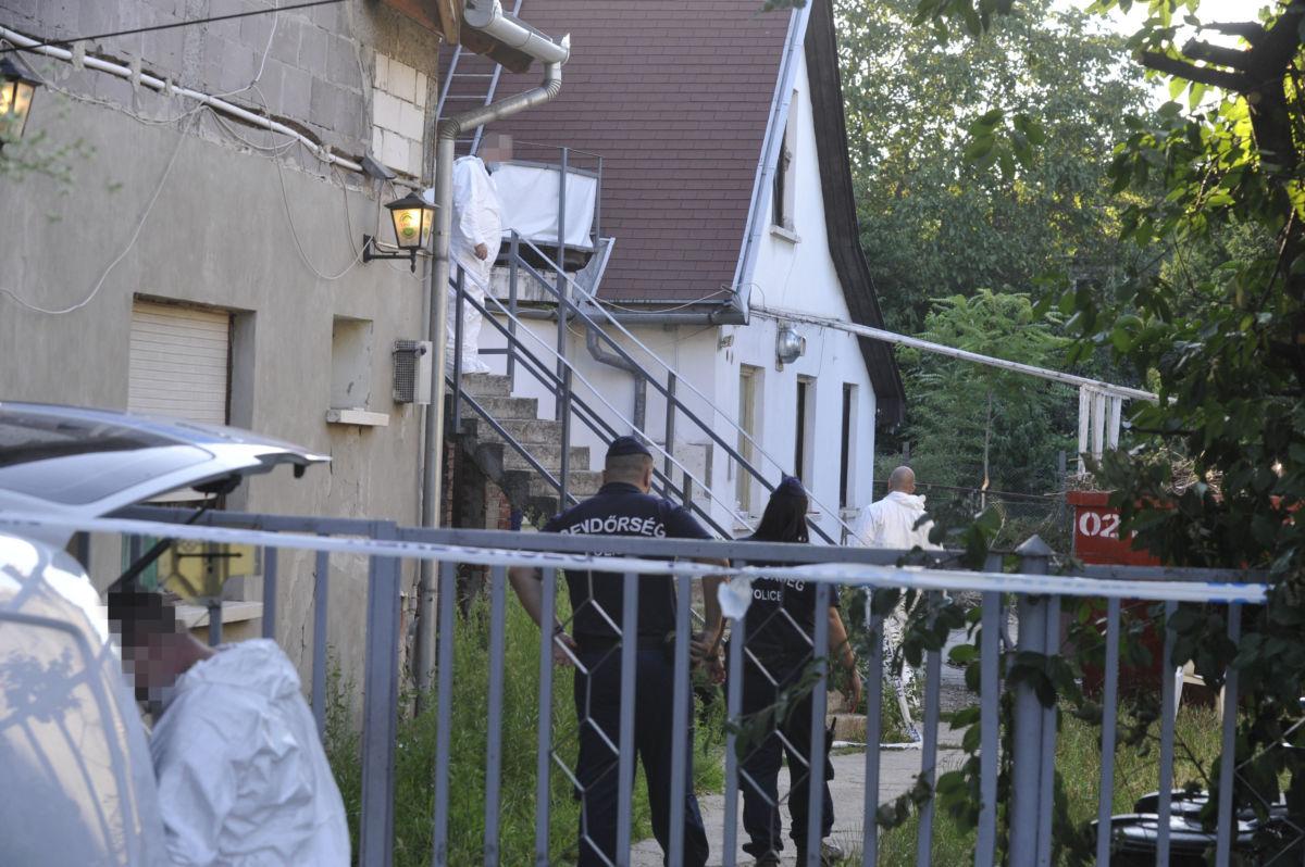 Bűnügyi helyszínelők és rendőrök a XXI. kerületi Szatmári utca egyik házánál 2020. augusztus 2-án.