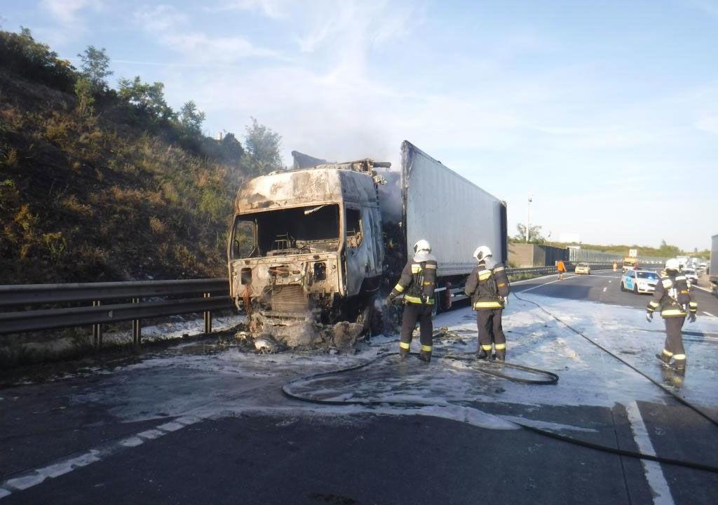 A kamion oltása a tűzoltóság fotóján.