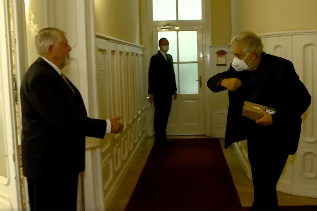 Kásler kezet fogott volna a koronavíruson átesett Plácido Domingóval, de az énekesnek több esze volt