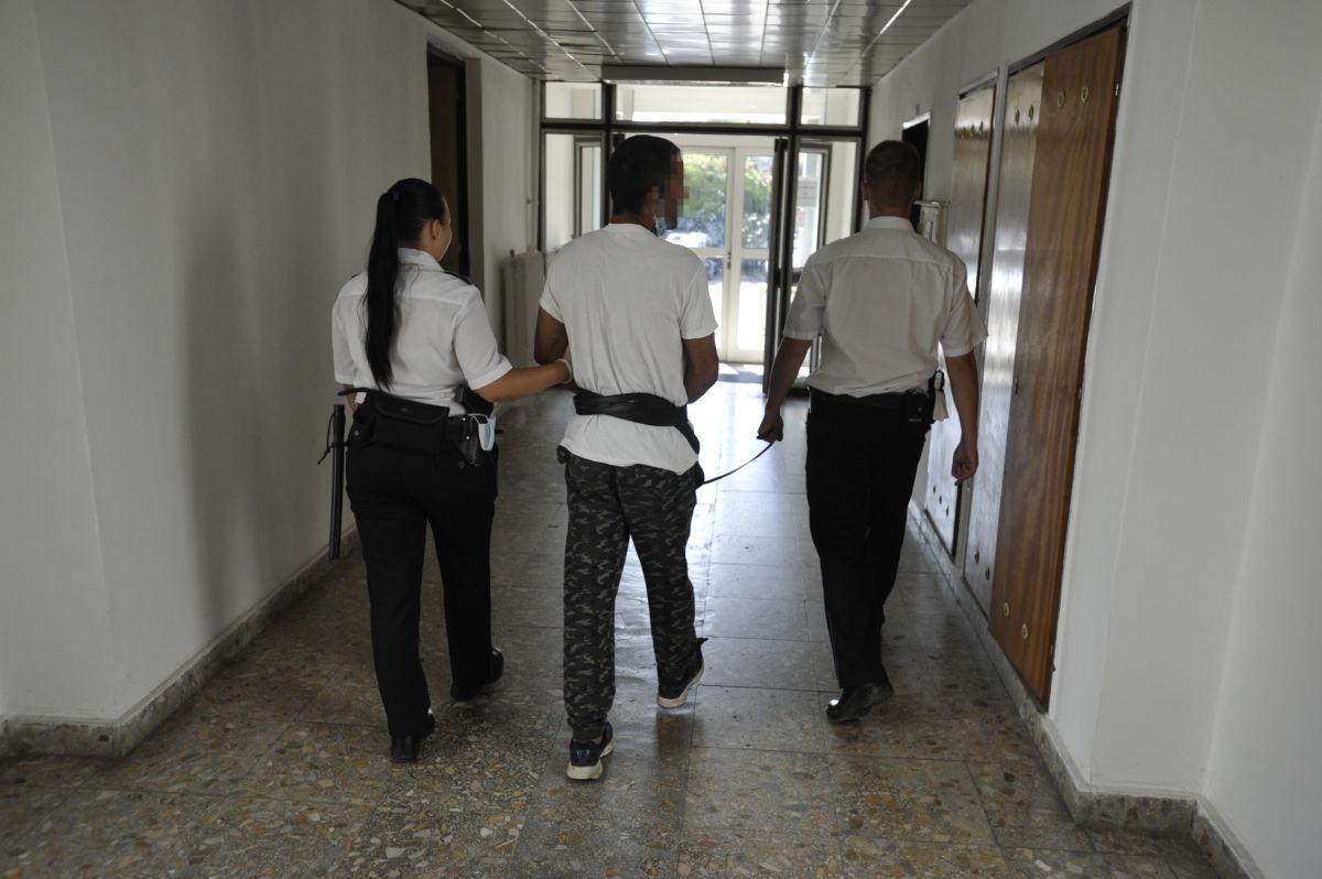 Rendőrök vezetik G. Zoltánt a gödöllői rendőrkapitányságon 2020. augusztus 16-án.